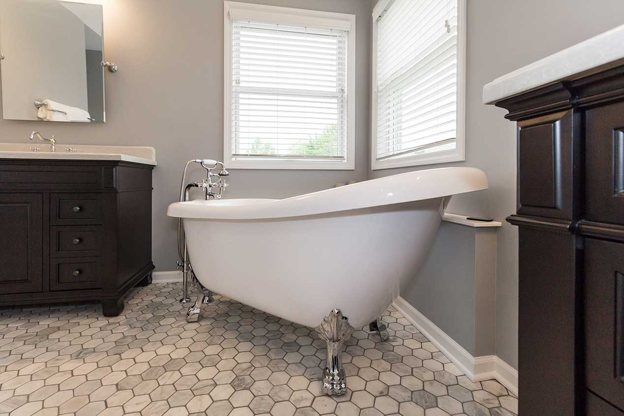 Ceramic tub with chrome feet